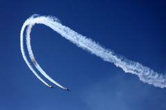 De vliegtuigen op lucht tonen Stock Afbeelding