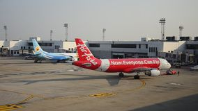 De vliegtuigen treffen om bij Don Muang-post op te stijgen voorbereidingen stock video