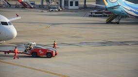 De vliegtuigen treffen om bij Don Muang-post op te stijgen voorbereidingen stock footage