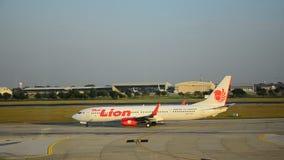 De vliegtuigen treffen om bij Don Muang-post op te stijgen voorbereidingen stock videobeelden