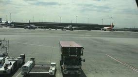 De vliegtuigen treffen om en ladingsbagage bij Suvarnabhumi-luchthaven op te stijgen voorbereidingen stock videobeelden