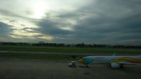 De vliegtuigen treffen om van baan bij de internationale luchthaven van Don Mueang op te stijgen voorbereidingen stock footage