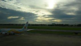 De vliegtuigen treffen om van baan bij de internationale luchthaven van Don Mueang op te stijgen voorbereidingen stock video