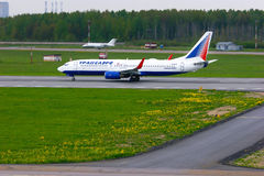 De vliegtuigen van Boeing 737-85P van de Transaeroluchtvaartlijn in Pulkovo Internatio royalty-vrije stock afbeeldingen