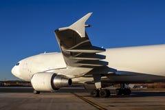 De Vliegtuigen van de Commericallading op het Tarmac van een Internationale Luchthaven royalty-vrije stock afbeeldingen