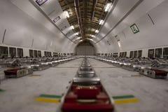 De Vliegtuigen van de Commericallading op het Tarmac van een Internationale Luchthaven stock afbeeldingen