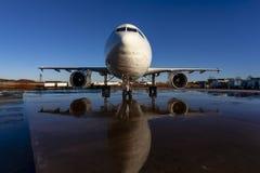 De Vliegtuigen van de Commericallading op het Tarmac van een Internationale Luchthaven royalty-vrije stock afbeelding