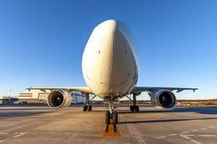 De Vliegtuigen van de Commericallading op het Tarmac van een Internationale Luchthaven royalty-vrije stock foto's