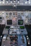De Vliegtuigen van de Commericallading op het Tarmac van een Internationale Luchthaven stock foto's