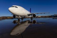 De Vliegtuigen van de Commericallading op het Tarmac van een Internationale Luchthaven stock afbeelding