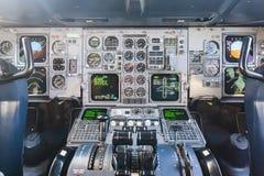 De Vliegtuigen van de Commericallading op het Tarmac van een Internationale Luchthaven stock fotografie