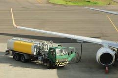 De vliegtuigen van de levering bij de luchthaven stock afbeelding