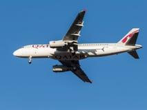 De vliegtuigen van de luchtbusa320 passagier, de luchtvaartlijn Qatar Airways Stock Fotografie