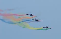 De vliegtuigen van de propeller in vorming met regenboogslepen. Stock Afbeelding