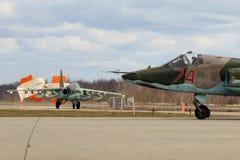 De vliegtuigen van de Sukhoi su-25BM aanval van Russische Luchtmacht tijdens Victory Day paraderen repetitie bij de Luchtmachtbas stock foto