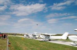 De vliegtuigen van de vluchthommel over Royalty-vrije Stock Afbeelding