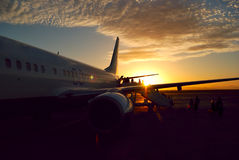 De vliegtuigen van de zonsondergang het inschepen Royalty-vrije Stock Afbeelding