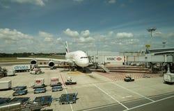 De vliegtuigen van emiraten op het tarmac stock afbeeldingen