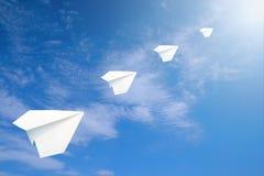 De vliegtuigen van het document in de hemel. Stock Foto