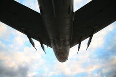 De vliegtuigen van het leger voor onweershemel stock foto