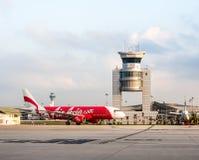De vliegtuigen van luchtazië bij LCCT-luchthaven, Maleisië zijn geland dat stock fotografie