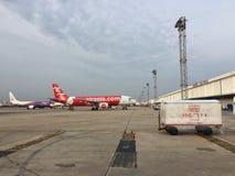 De vliegtuigen van luchtazië ` s A320-200 bij Don Mueang-luchthaven Stock Foto