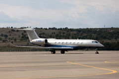 De vliegtuigen van vliegtuigengulfstream G650 bij de luchthaven stock afbeelding