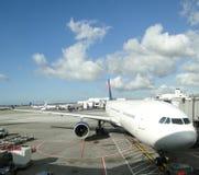 De vliegtuigen worden onderhouden op het tarmac royalty-vrije stock afbeeldingen