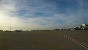 De vliegtuigen zijn bij de luchthaven stock videobeelden