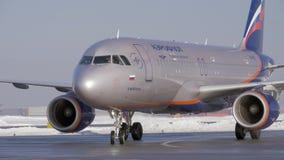 De vliegtuigenluchtbus A320 op tarmac bij de luchthaven, de wintermening van Aeroflot stock footage