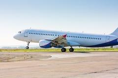 De vliegtuigrubriek op de baan Royalty-vrije Stock Foto's