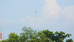 De vliegtuigstart en beklimt stock video