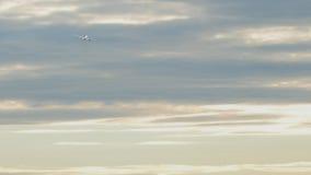 De vliegtuigstart en beklimt stock footage