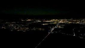 De vliegtuigvliegen over nachtstad Luchtmening van passagiersvenster stock video