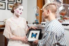 De vlinders van het liefdeverhaal in de maag stock afbeeldingen