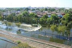 De vloed van het water over spoorweg Stock Foto's