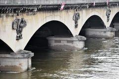 De vloed van Parijs met het niveau van de Zegenrivier aan normaal wordt gelaten vallen die Stock Afbeelding