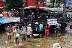 De vloed van Thailand - Mensen op de Koninklijke Thaise vrachtwagen van het Leger Stock Afbeelding