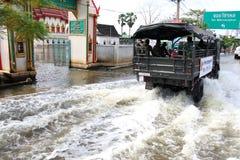 De vloed van Thailand - Mensen op de Koninklijke Thaise vrachtwagen van het Leger Royalty-vrije Stock Afbeeldingen