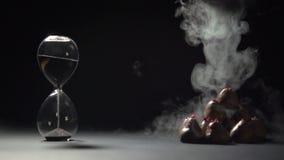 De vloeibare stikstof giet op de piramide van aardbeien in chocolade stock video