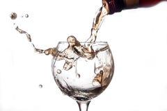 De vloeistof wordt gegoten in een glas en een nevel royalty-vrije stock afbeeldingen