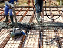 De vloer boven dwarsbalken prefabriceerde binnen prestressed beton Stock Foto's