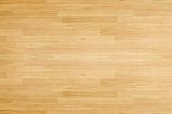 De vloer van het het basketbalhof van de hardhoutesdoorn hierboven wordt bekeken die van stock foto