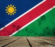 De vloer van planken en gepleisterde muur met vlagrepubliek Namibië stock afbeeldingen