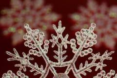 De Vlok van de Sneeuw van Kerstmis op Rood Royalty-vrije Stock Afbeelding