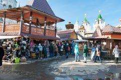 De vlooienmarkt in Izmailovo het complexe Kremlin en museum, menigte van toeristen doet het winkelen stock fotografie