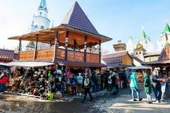 De vlooienmarkt in Izmailovo het Kremlin, menigte van toeristen gaat winkelend stock foto's