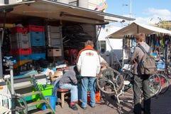 De vlooienmarkt op Waterlooplein, handelaars toont hun bric-à-brac en oude fietsen voor verkoop, Nederland Stock Afbeelding