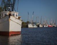 De Vloot van de garnalenboot na het werk stock afbeelding