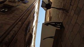 De vlotte camera regelmatige brede hoek schoot langs straat in de oude stad Kotor stock videobeelden